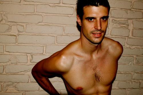 Uri sabat presentador de ponte a prueba al desnudo