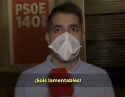 """Un reportero de 'Todo es mentira', increpado tras la cacerolada en la sede del PSOE: """"¡Embustero!"""""""