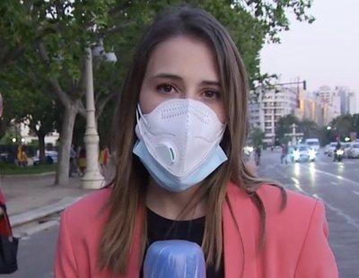 Una reportera de Telecinco responde a los manifestantes que la tocan e insultan