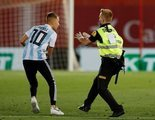 """Un espontáneo salta al campo e interrumpe el Mallorca - Barcelona: """"¡Alguien quiere un selfie!"""""""