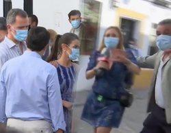 """Empujones al equipo de 'Cuatro al día' en la visita de los Reyes a Córdoba: """"Como si fuésemos borregos"""""""
