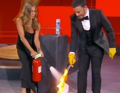 Jennifer Aniston y Jimmy Kimmel casi provocan un incendio en los Emmy durante un gag