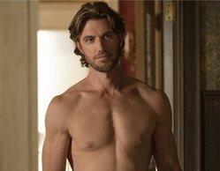 El explícito desnudo frontal de Adam Demos en 'Sexo/Vida', ¿real o prótesis?
