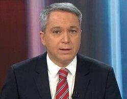 """Vicente Vallés """"salva"""" a un reportero de 'Antena 3 Noticias' tras sufrir un problema en directo"""