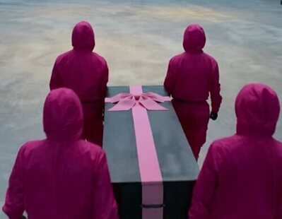 'El juego del calamar' se cuela en la Feria de Productos Funerarios con sus ataúdes