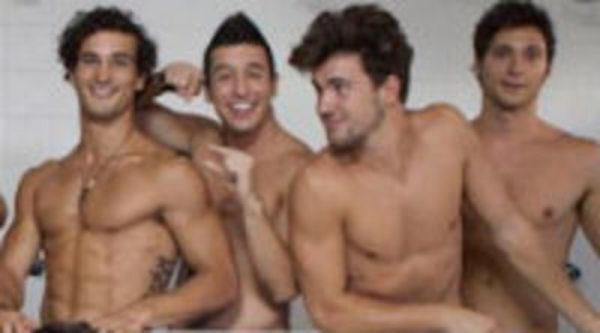 Torsos Desnudos Y Rostros De Fama En La Nueva Serie De Mediaset