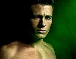 El reparto masculino de 'Arrow' acompaña a Stephen Amell con el torso desnudo en los posters de la segunda temporada