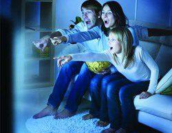 La noche perfecta para ver la tele: en pareja (67%), en pijama (43%) cenando pizza (36%) y cerveza (42%)