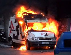 Una unidad móvil de TV3 es completamente calcinada durante los disturbios de Barcelona