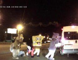 Bob Esponja, Mickey Mouse, Scrat y Luntik le dan una paliza a un conductor ruso