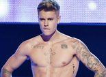 Justin Bieber silencia los abucheos durante su aparición en 'Fashion Rocks' quedándose en calzoncillos