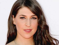 Mayim Bialik ('The Big Bang Theory') carga contra Ariana Grande y 'Masters of Sex'