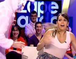 """Cristina Pedroche se lleva un buen susto con un conejo gigante en 'Zapeando': """"¡Me da mucho miedo, me hago pis!"""""""