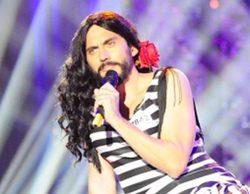 Paco León como la versión Conchita Wurst de Isabel Pantoja y Bustamante hipnotizando a un bogavante en 'Los viernes al show'