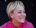 Una emocionada Kaley Cuoco ('The Big Bang Theory') recibe una estrella  en el Paseo de la Fama de Hollywood