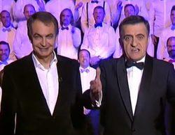 Zapatero, director por sorpresa del Coro de Hombres Gays de Madrid en el especial de fin de año de 'El intermedio'