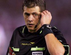 Un árbitro argentino usa la repetición de una jugada en televisión para corregir un penalti