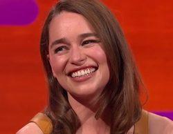 """Emilia Clarke sobre sus escenas de sexo en 'Juego de Tronos' con Jason Momoa: """"Era enorme y rosa. No sabía qué hacer con eso"""""""