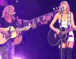 """Lisa Kudrow ('Friends') se sube al escenario con Taylor Swift para interpretar el """"Smelly Cat"""" de Phoebe"""