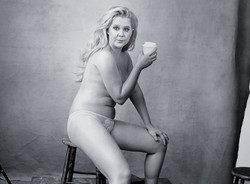 Amy Schumer posa en topless para un calendario