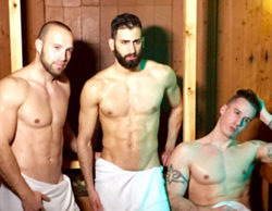 Tres de los protagonistas de 'Un príncipe para 3 princesas', desnudos en una sauna