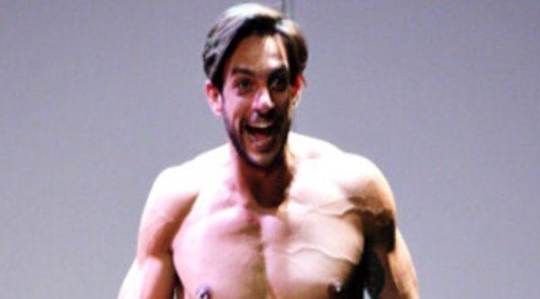 Escena de teatro desnudo deportivo explícito 10