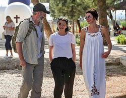 La cara más amable de Lena Headey, Maisie Williams y Liam Cunningham con los refugiados de Lesbos
