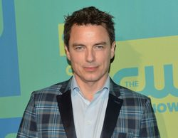 John Barrowman ('Arrow') ficha por todas las series de superhéroes de CW