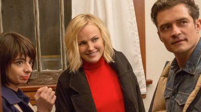 Orlando Bloom se monta un trío con Malin Akerman y la novia de Raj en la serie de Netflix 'Easy'