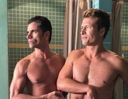 'Scream Queens': John Stamos y Glen Powell, desnudos en la ducha del segundo capítulo de la T2