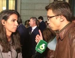 Pablo Iglesias besa a Íñigo Errejón en directo para 'Al rojo vivo' ante la atenta mirada de Ana Pastor
