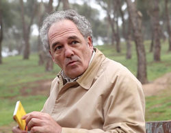 El actor Carlos Olalla ('La embajada') recita poesía en el metro ante su complicada situación económica