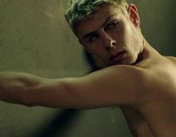 Patrick Criado protagoniza un desnudo integral en una tensa secuencia de 'Mar de plástico'