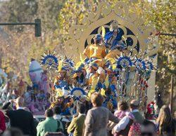Una carroza de la Cabalgata de Reyes de Sevilla choca con unas cámaras de televisión