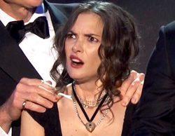 Las extrañas y surrealistas caras de Winona Ryder al recibir un premio en los SAG