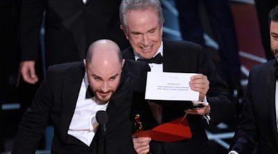 "Oscar 2017: Warren Beatty entrega por error a ""La la land"" el Oscar a Mejor Película de ""Moonlight"""