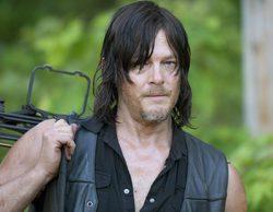 Norman Reedus ('The Walking Dead') es arrastrado fuera de un plató en un surrealista momento