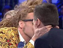 'Pasapalabra': Torito le da un morreo a Christian Gálvez para que le dé por buena la prueba de la canción