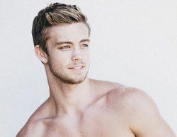 El modelo Dustin Mcneer revoluciona las redes por su desnudo integral en 'Spring Break With Grandad'
