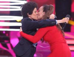 'Tu cara no me suena todavía': Mónica Naranjo se funde en un apasionado beso con Angy