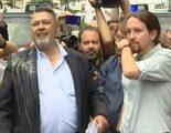 """Las cámaras de televisión graban el """"huevazo"""" de los taxistas que ha salpicado a Pablo Iglesias"""