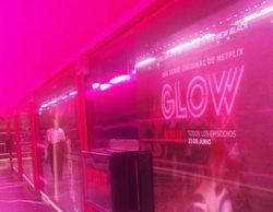 La estación de Metro de Chueca se transforma con una llamativa decoración de 'Glow', serie de Netflix