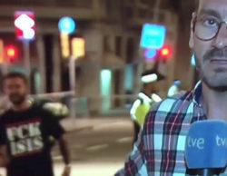 """Las redes califican de """"héroe"""" a un joven que se cuela en directo en TVE con una camiseta que pone """"FUCK ISIS"""""""