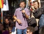 Iván Medina, reportero de TV3, salta sobre un coche de la Guardia Civil