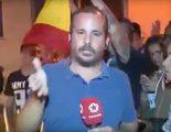 Un reportero de Telemadrid, cazado pidiendo mostrar una bandera de España en una manifestación catalana