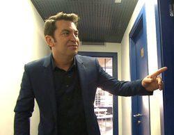 Arturo Valls acompaña, en '¡Ahora Caigo!', a un concursante al baño en mitad del programa