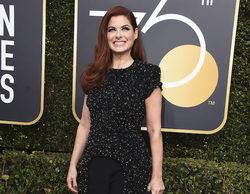 Debra Messing denuncia la brecha salarial en E! delante de una de sus presentadoras durante los Globos de Oro
