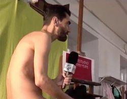 Un reportero de 'Madrid Directo' se desnuda por completo para ser retratado en una clase de dibujo