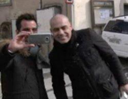Un periodista de 'El programa de Ana Rosa' pide una foto a Nacho Abad durante una conexión en directo