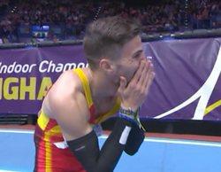 Una reportera comunica en directo a Óscar Husillos su descalificación tras ganar el Mundial de atletismo